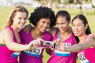 Gruppe mit Laufhirts wird auf Laufevent fotografiert