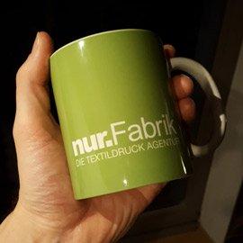 Bedruckte Tasse mit Firmenlogo der nur.Fabrik aus Berlin